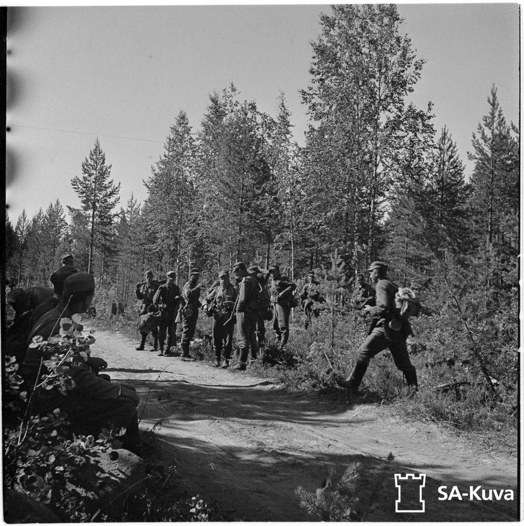 Jääkärikomppania lähdössä vastaiskuun. Jääkärikomppanian päällikkö Mannerheim-ristin ritari luutnantti Törni.