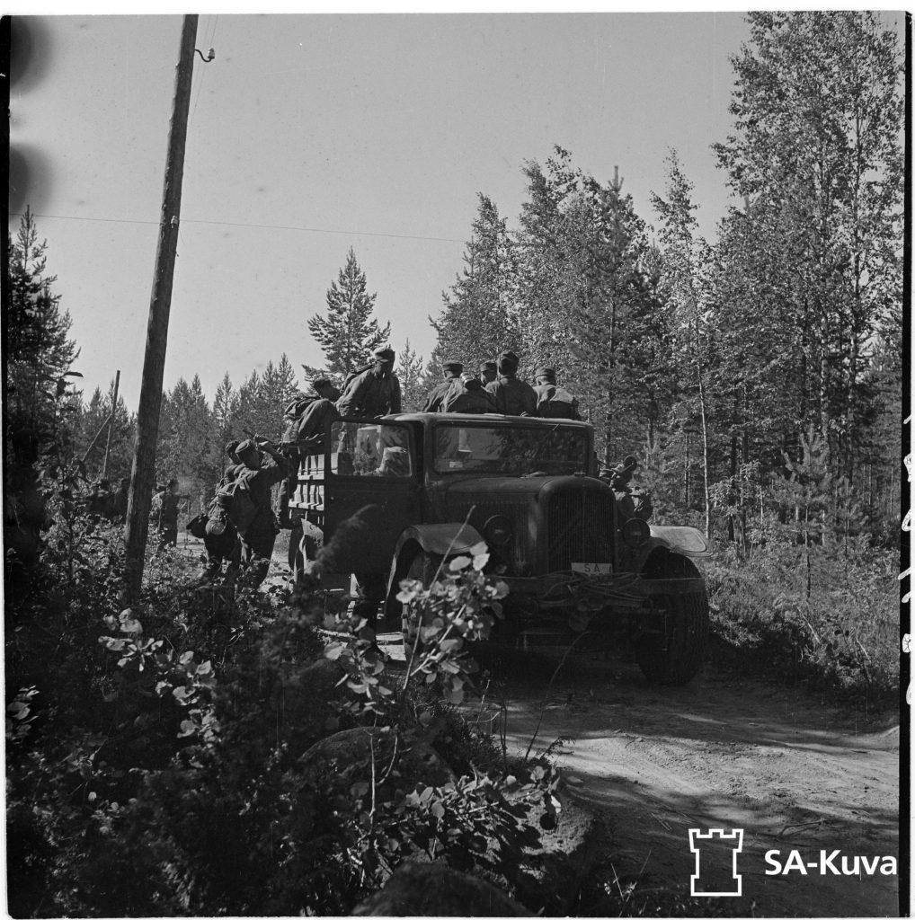 Jääkärikomppania nousee autoihin, jotka vievät sen nopeasti vastaiskupaikan läheisyyteen. Jääkäri komppanian päällikkö, Mannerheim-ristin ritari luutnantti Törni.