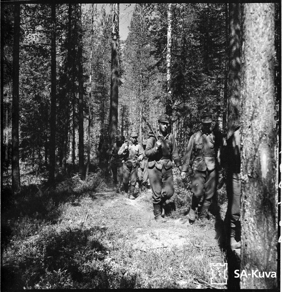 Jääkärikomppania etenee metsän suojassa kohti vihollista. Jääkärikomppanian päällikkö Mannerheimristin ritari , luutnantti Törni.