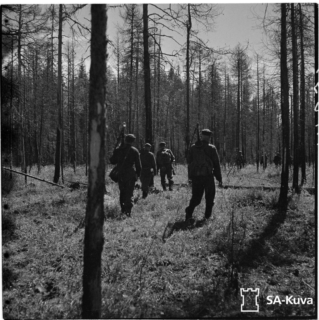 Jääkärijoukkue etenee suolla kohti vihollista. Jääkärikomppanian päällikkö, Mannerheimristin ritari luutnantti Törni.