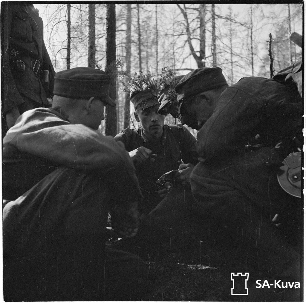 Iltahämärissä on saatu kosketus viholliseen, jolloinka komppanian päällikkö pitää lyhyen neuvottelun joukkueen johtajien kanssa.Jääkärikomppanain päällikkö, luutnantti Törni.
